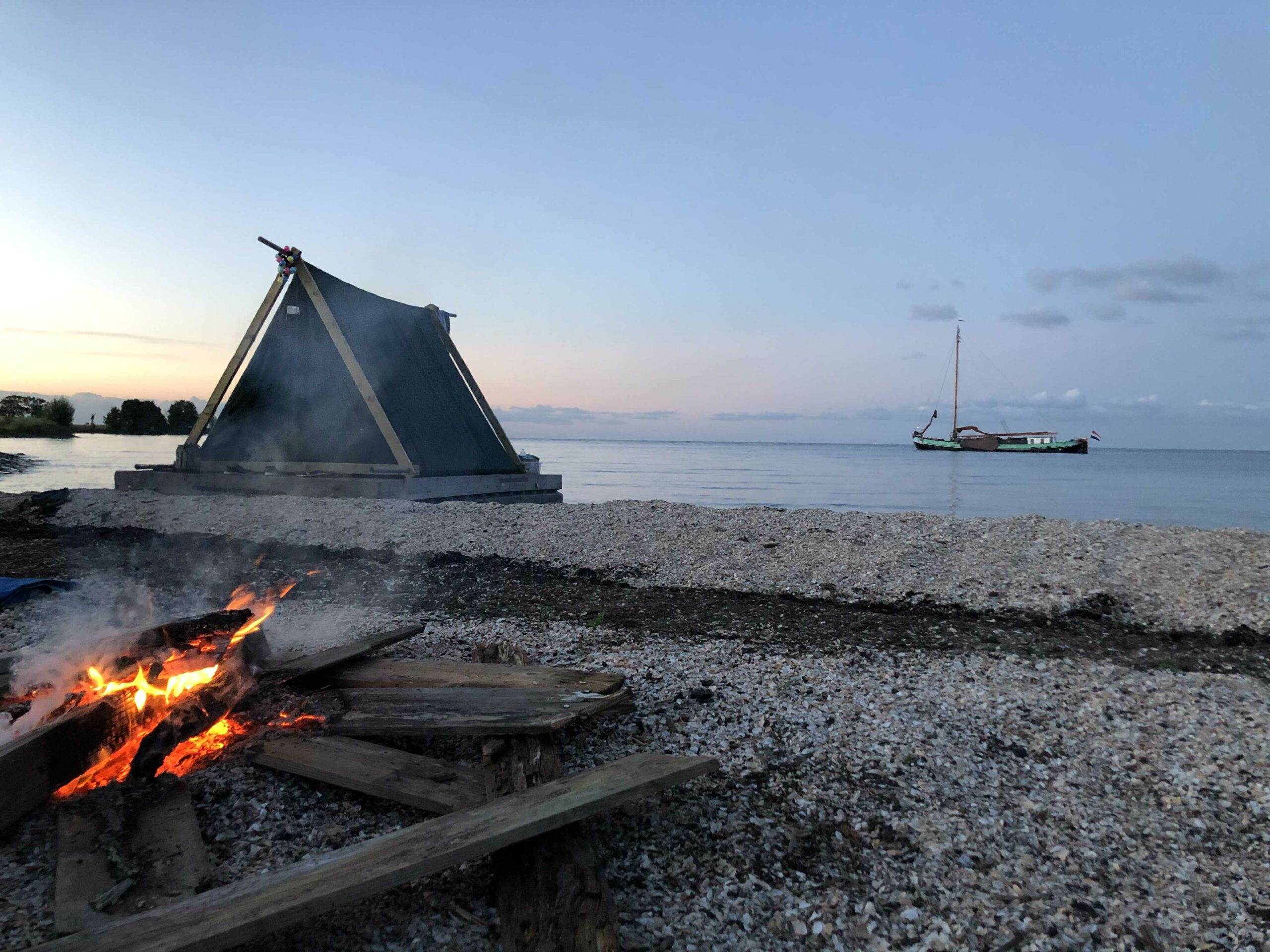 Kampeervlot - Glampingraft -slow adventure -camping- raft origineel overnachten - uniek overnachten - glamping -bijzonder overnachten -kamperen -1